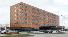 facade-quality-hotel-pond